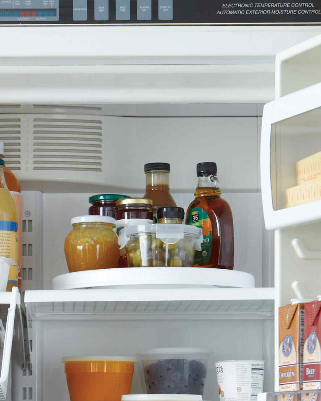 Avoid the kitchen whirlwind of activity with kids coming, going and making a mess by organizing the fridge and pantry with these easy kid snack organizers